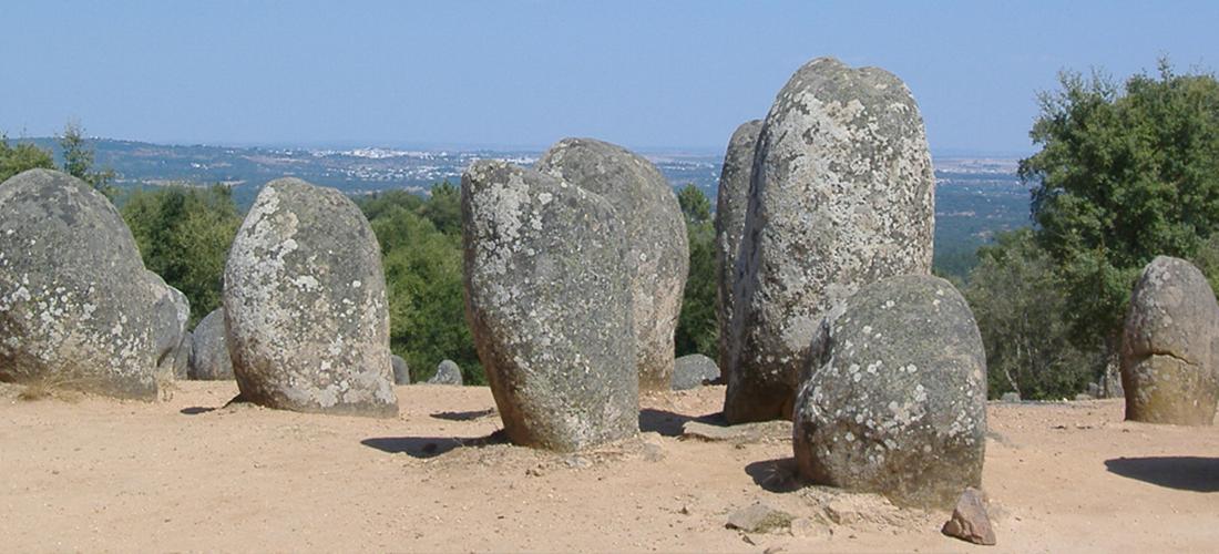 monoliti antichi su un terreno sabbioso